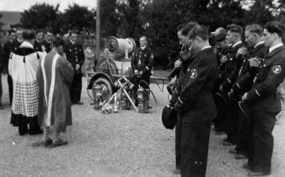 Einsegnung des neuen Schlauchwagen durch Pastor Woll im Jahre 1956